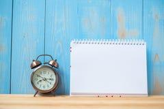 笔记本和减速火箭的闹钟在桌和拷贝空间 目标、使命和新的开始 免版税库存照片