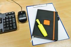 笔记本和剪贴板有白纸的在办公室桌上 免版税图库摄影