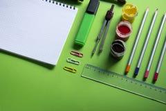 笔记本和各种各样的学校办公室供应,回到学校,办公室 免版税库存图片