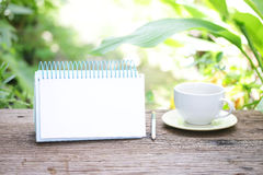 笔记本和咖啡在木桌上 图库摄影