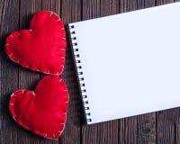 笔记本和心脏 免版税库存照片