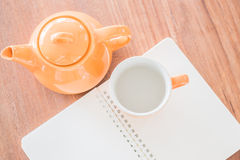 笔记本和热的饮料顶视图  免版税图库摄影
