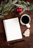 笔记本和目标的新年木背景顶视图 免版税库存图片