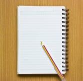 笔记本和笔。 库存照片