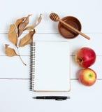 笔记本和笔在白色木背景,顶视图 犹太新年,犹太新年 图库摄影