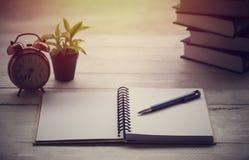 笔记本和笔 免版税库存图片