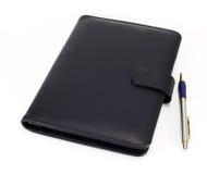 黑笔记本和笔 免版税图库摄影