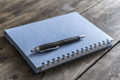 笔记本和笔 库存图片