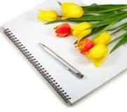 笔记本和花 免版税库存照片