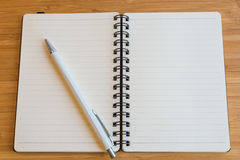 笔记本和铅笔在木桌上 库存图片