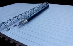 笔记本和黑笔 库存图片