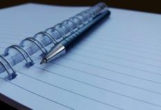 笔记本和黑笔 库存照片
