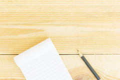 笔记本在木桌上的纸和学校或者办公室工具 库存图片