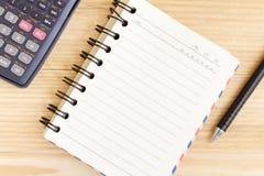 笔记本在木桌上的纸和学校或者办公室工具 免版税库存照片