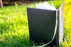 笔记本在草皮 免版税图库摄影
