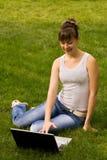 笔记本妇女年轻人 免版税库存图片