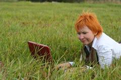 笔记本妇女年轻人 免版税库存照片