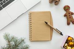 笔记本平的看法在圣诞节装饰的中心 免版税库存图片