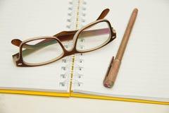 笔记本开放对空白的方格纸板料 免版税库存图片
