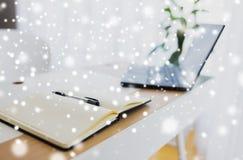 笔记本或日志、笔和膝上型计算机在办公室桌上 免版税库存图片
