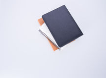 笔记本或黑皮革笔记本在blackground 免版税图库摄影