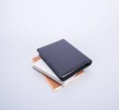 笔记本或黑皮革笔记本在blackground 库存照片