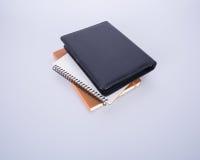 笔记本或黑皮革笔记本在blackground 库存图片