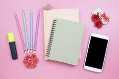 笔记本手机花在桃红色背景柔和的淡色彩styl上升了 免版税库存图片