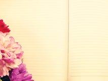 笔记本日志和美丽的花花束与葡萄酒过滤 图库摄影