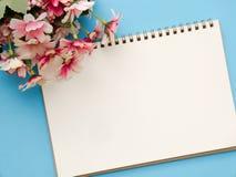 笔记本日志和美丽的花花束 库存照片