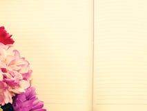 笔记本日志和美好的花bouqet与葡萄酒过滤 库存照片