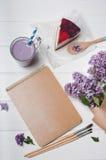 笔记本空的工艺盖子有杯子的越桔奶昔和 免版税库存图片