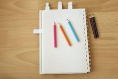 笔记本纸和颜色铅笔 图库摄影