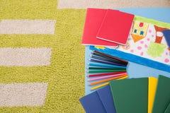 笔记本色的铅笔和图画 免版税库存照片