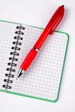 笔记本被开张的笔红色 免版税库存照片