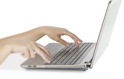 笔记本键入的妇女 免版税库存图片