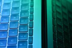笔记本键盘视图上色与绿色和蓝色 库存照片