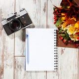 笔记本,与笔的照相机计划的 免版税库存图片