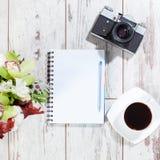 笔记本,与笔的照相机计划的 免版税库存照片