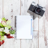 笔记本,与笔的照相机计划的 图库摄影
