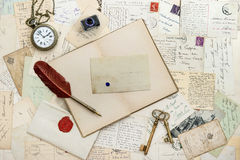 笔记本,写辅助部件和明信片 库存照片
