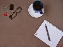 笔记本,咖啡杯,玻璃,办公用品 免版税库存图片