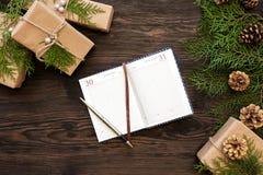 笔记本,在圣诞节背景的礼物 免版税库存照片