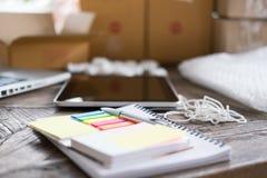 笔记本,在起动工作场所,小企业主, fre的笔 免版税库存照片