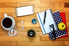 笔记本,笔,玻璃,在木的苹果 免版税库存图片