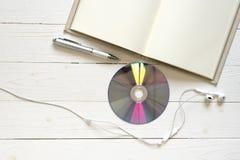 笔记本dvd圆盘和耳机顶视图  免版税库存图片