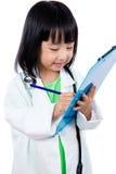 笔记板的微笑的亚裔中国矮小的医生文字 免版税库存图片