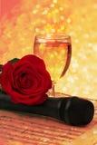 笔记玫瑰色杯老香槟话筒减速火箭的葡萄酒 图库摄影