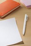 笔记的板料关于一张木桌 免版税库存图片