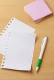 笔记的板料关于一张木桌 库存照片